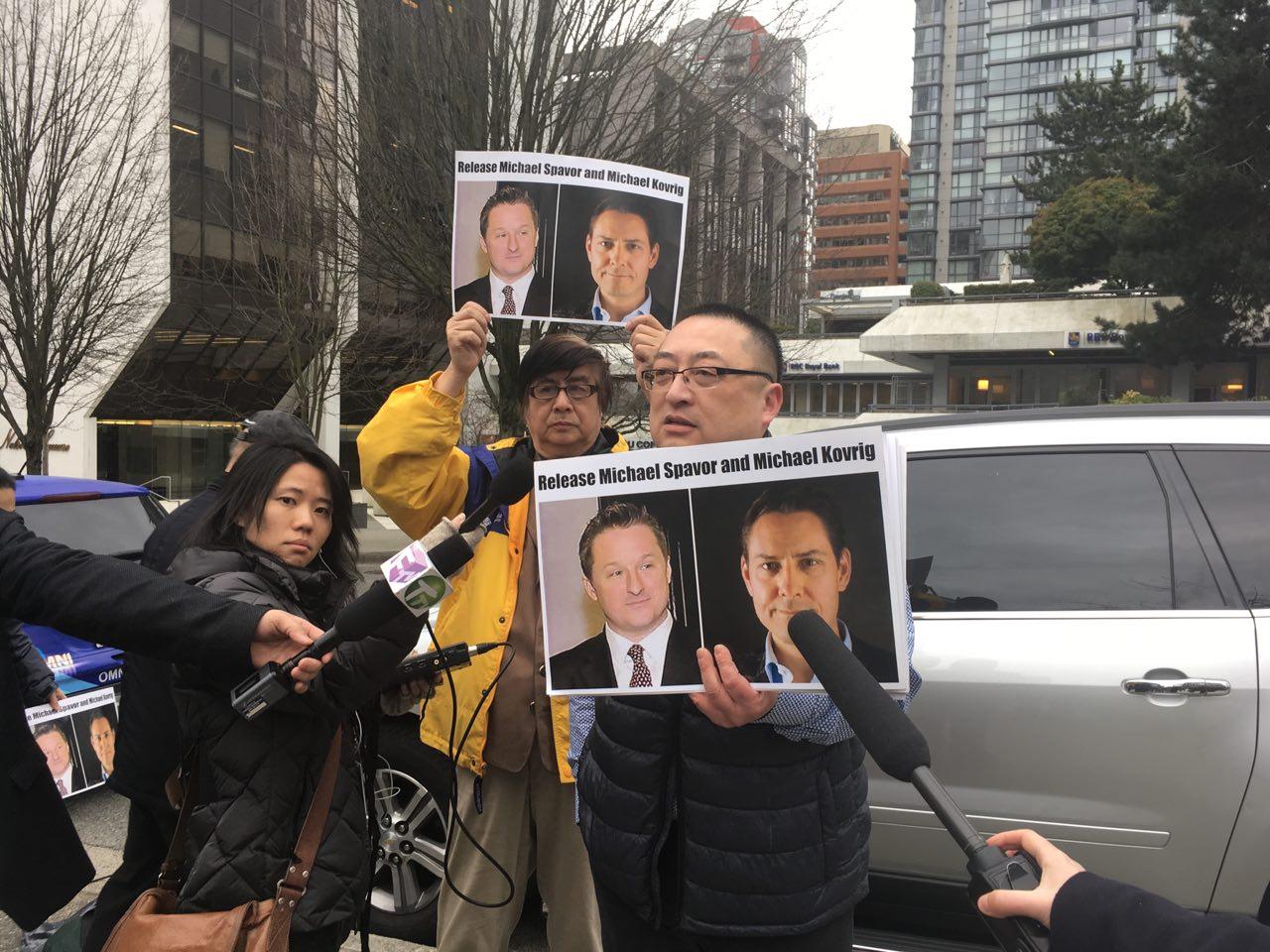 2019年3月6日,在卑詩高等法院進行華為財務總監孟晚舟引渡程序聽證時,人們手持被中共關押的兩名加拿大人康明凱(Michael Kovrig)和斯巴沃(Michael Spavor)的照片,要求北京當局釋放他們。(余天白/大紀元)