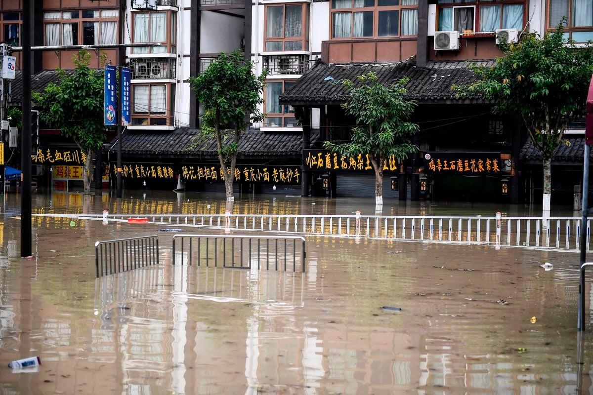 2020年8月19日,中國重慶一條被水淹沒的街道。(STR/AFP via Getty Images)