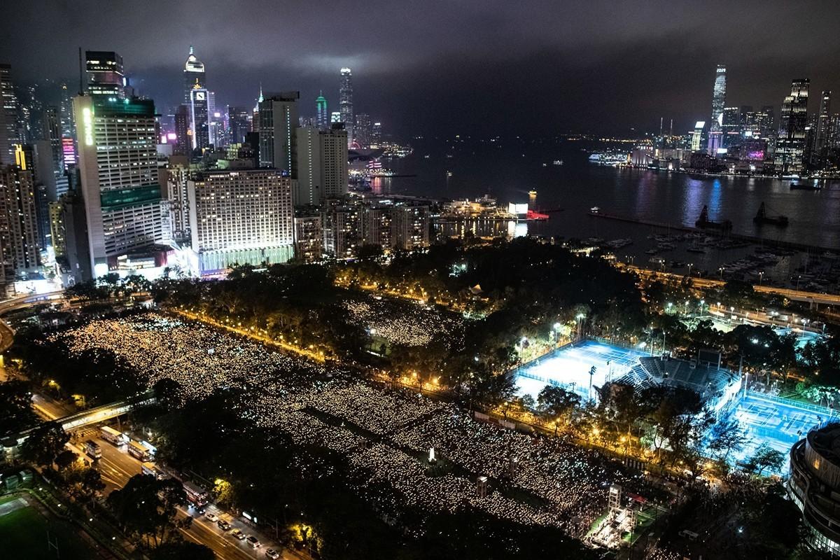 美國國務卿邁克・蓬佩奧呼籲中共政府對當年的天安門廣場大屠殺做真相披露。圖為2019年6月4日香港維多利亞公園紀念六四的人們。(PHILIP FONG/AFP/Getty Images)