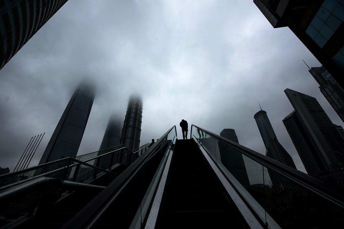 中國近期多位富豪傳出破產消息。其中上海地產大亨證大戴志康涉嫌非法P2P集資、無法償付金額高達198億,於日前投案自首。圖為上海浦東新區金融區。(JOHANNES EISELE/AFP/Getty Images)