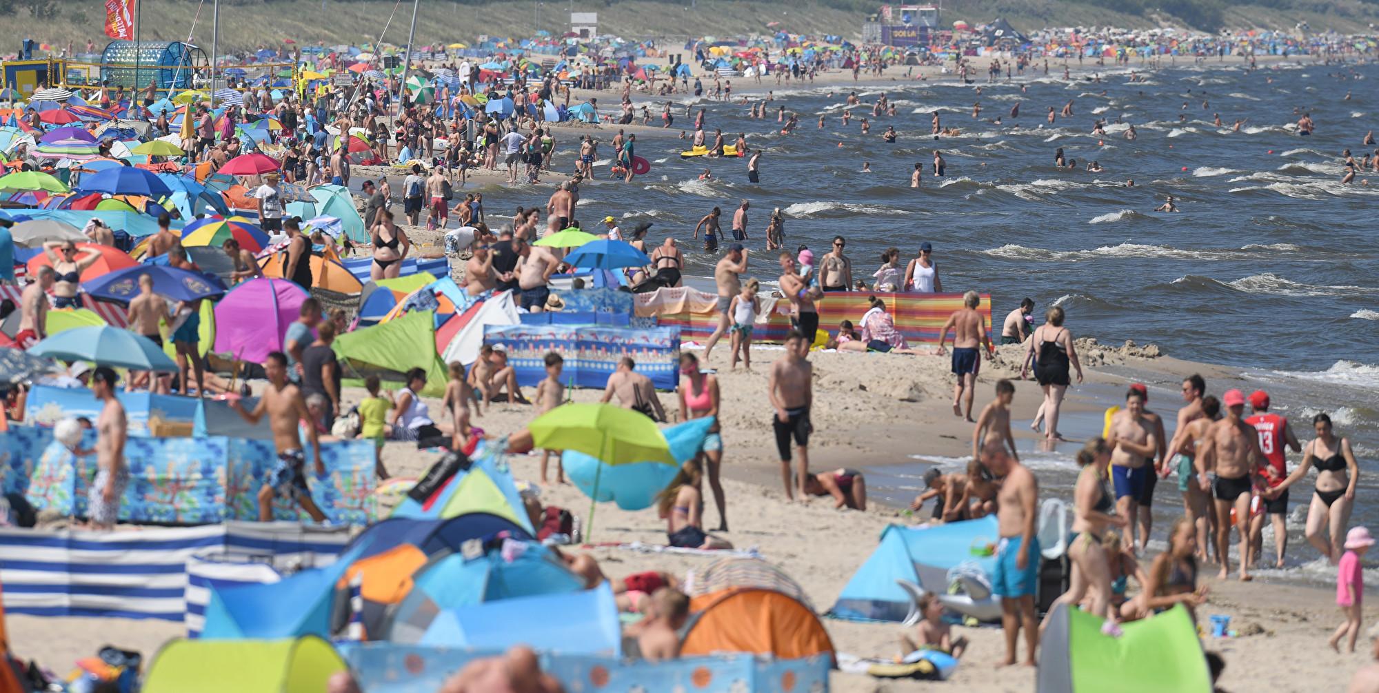 歐洲多國現在正遭受著罕見的夏季熱浪的襲擊。圖為德國波羅的海灘。(Stefan Sauer/dpa/AFP)