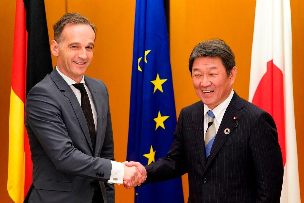 圖為2019年11月G20 外長會期期間,德國外長馬斯(左)與日本外務大臣茂木敏充(右)合照。(Photo by FRANCK ROBICHON/POOL/AFP via Getty Images)