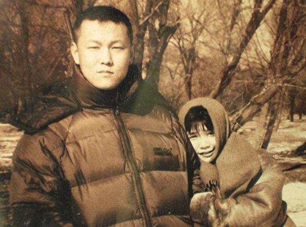 北京畫家許那(右)和丈夫于宙。于宙2008年被中共迫害致死。(明慧網)