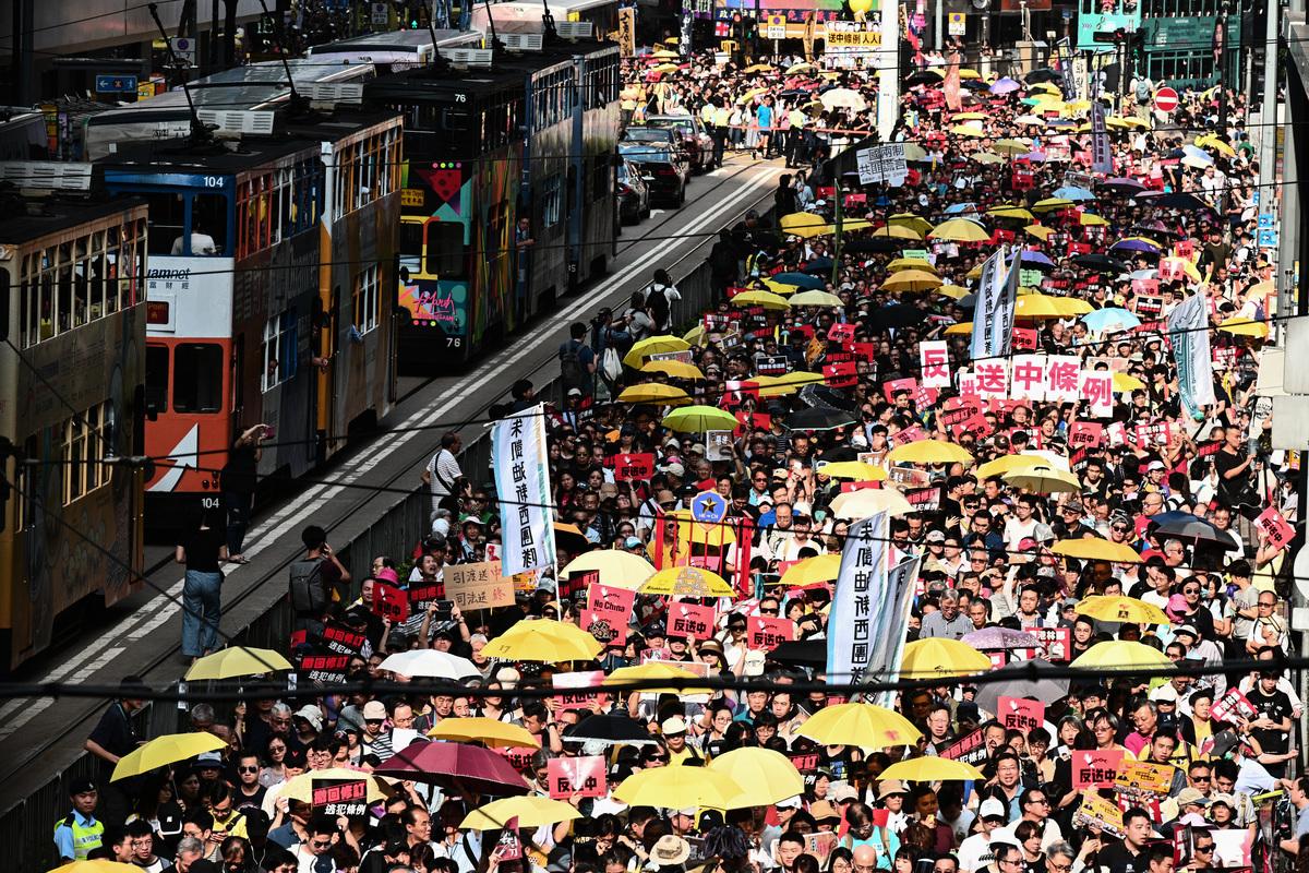 6月16日,200萬港人參加遊行,提出香港政府需撤回修訂「逃犯條例」等5項訴求。 (Anthony WALLACE / AFP)