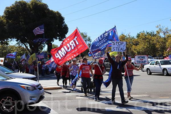 11月15日,聖地牙哥縣選民在波威市Pomerado大道邊聲援特朗普。(鄧舒語/大紀元)