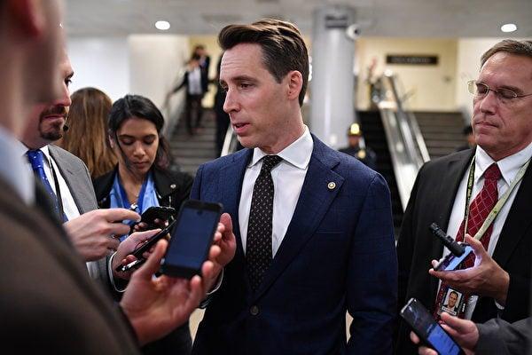 美國參議員喬什·霍利(Josh Hawley,中)本週提出一項新法案,允許中共病毒大流行的受害者通過剝奪中共政府主權豁免權,直接起訴中共並要求賠償。(Mandel NGAN / AFP)