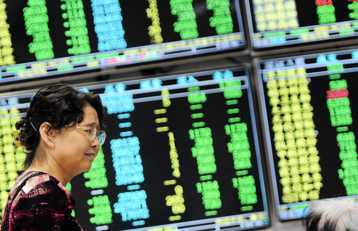 圖為2018年6月19日江西九江一家證券交易所中的股票市場走勢。(AFP/Getty Images)