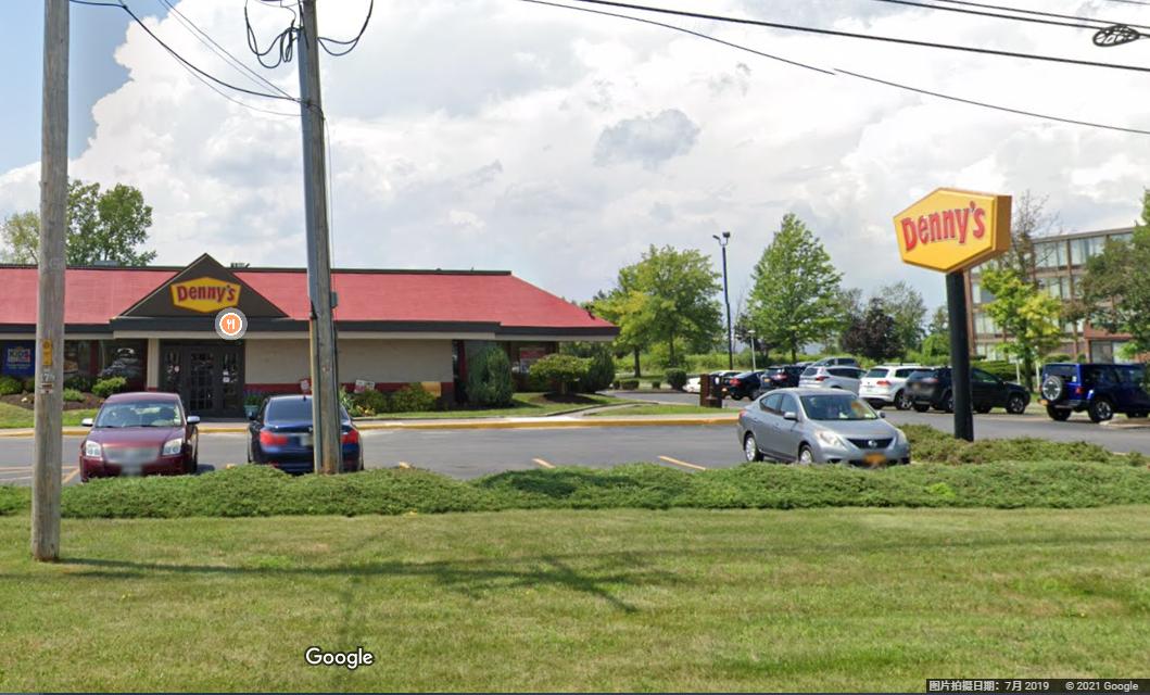 Denny's 餐廳的露天停車場。(Google街景)