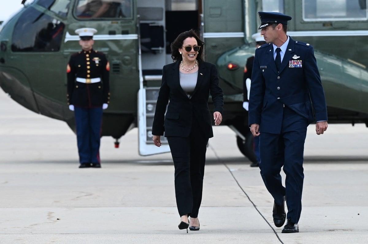 2021年6月6日,美國副總統賀錦麗(Kamala Harris)在馬里蘭州的安德魯斯空軍基地(Air Force Two at Andrews Air Force Base)登上「空軍二號」(Air Force Two),前往危地馬拉。——賀錦麗周日啟程前往拉丁美洲,這是她作為副總統首次出國訪問。(JIM WATSON/AFP via Getty Images)