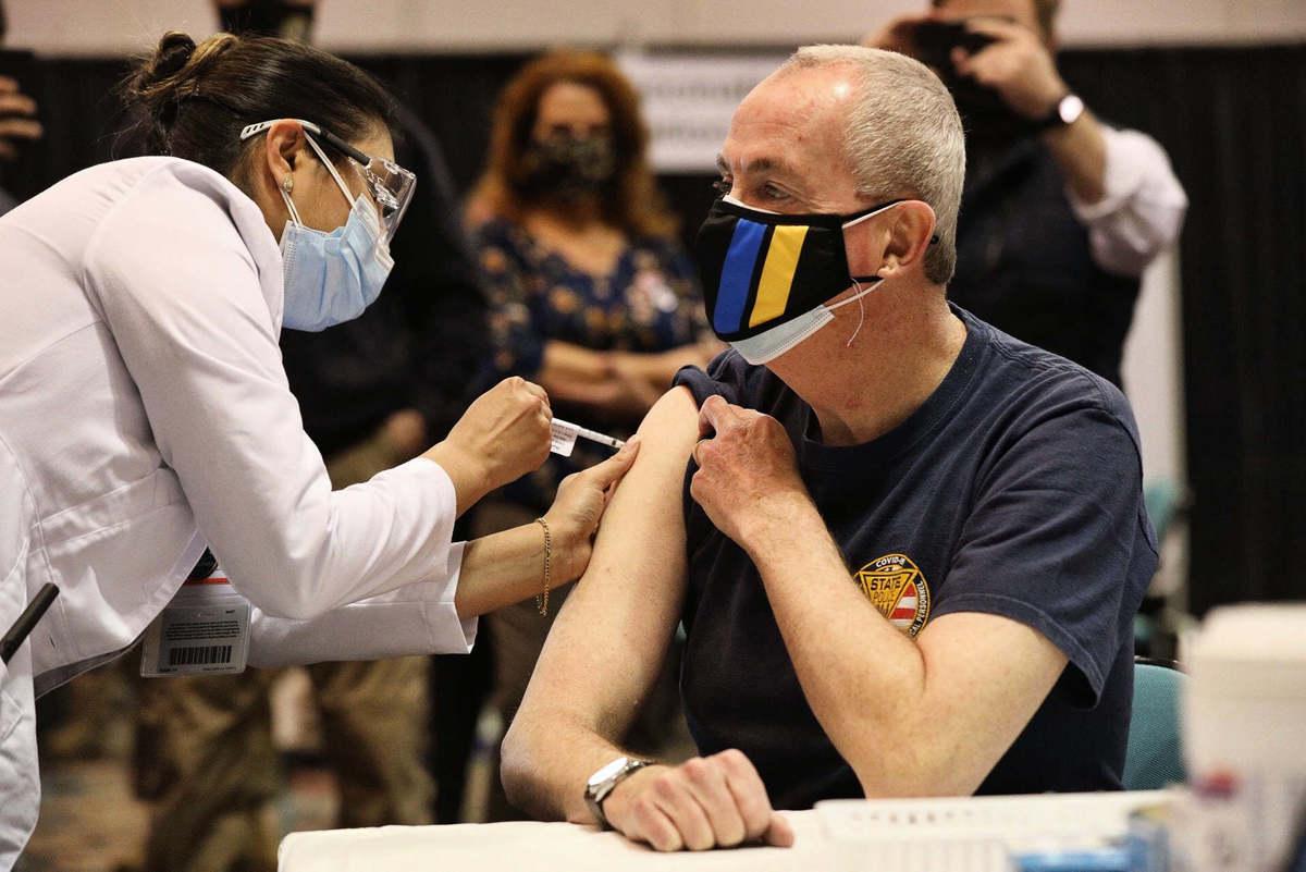 新澤西州長墨菲(右)2021年4月9日在大西洋城接種了第一劑疫苗。(州長面書圖片)