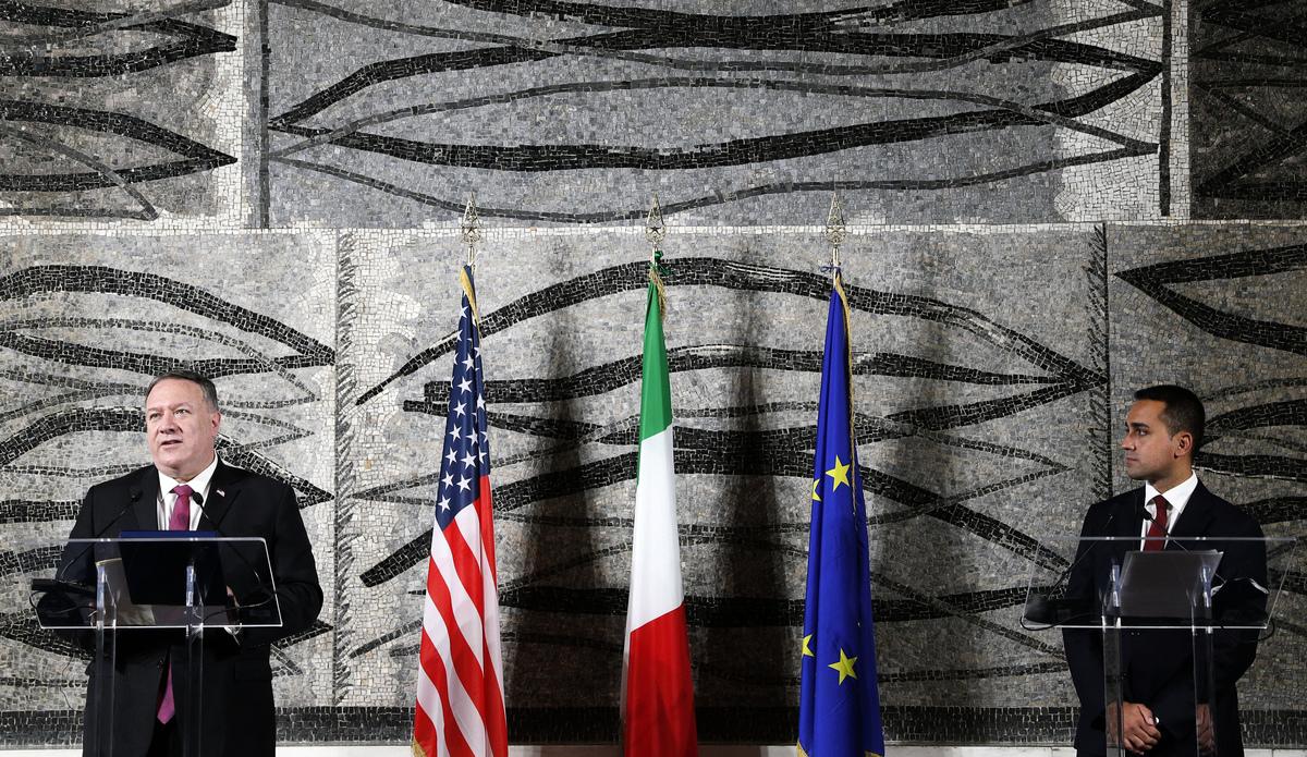 周三(9月30日),美國國務卿蓬佩奧和意大利外長召開新聞會,蓬佩奧(左)表示,不論大選前還是大選後,美國將一如既往地改善中國人權。(Photo by GUGLIELMO MANGIAPANE/POOL/AFP)