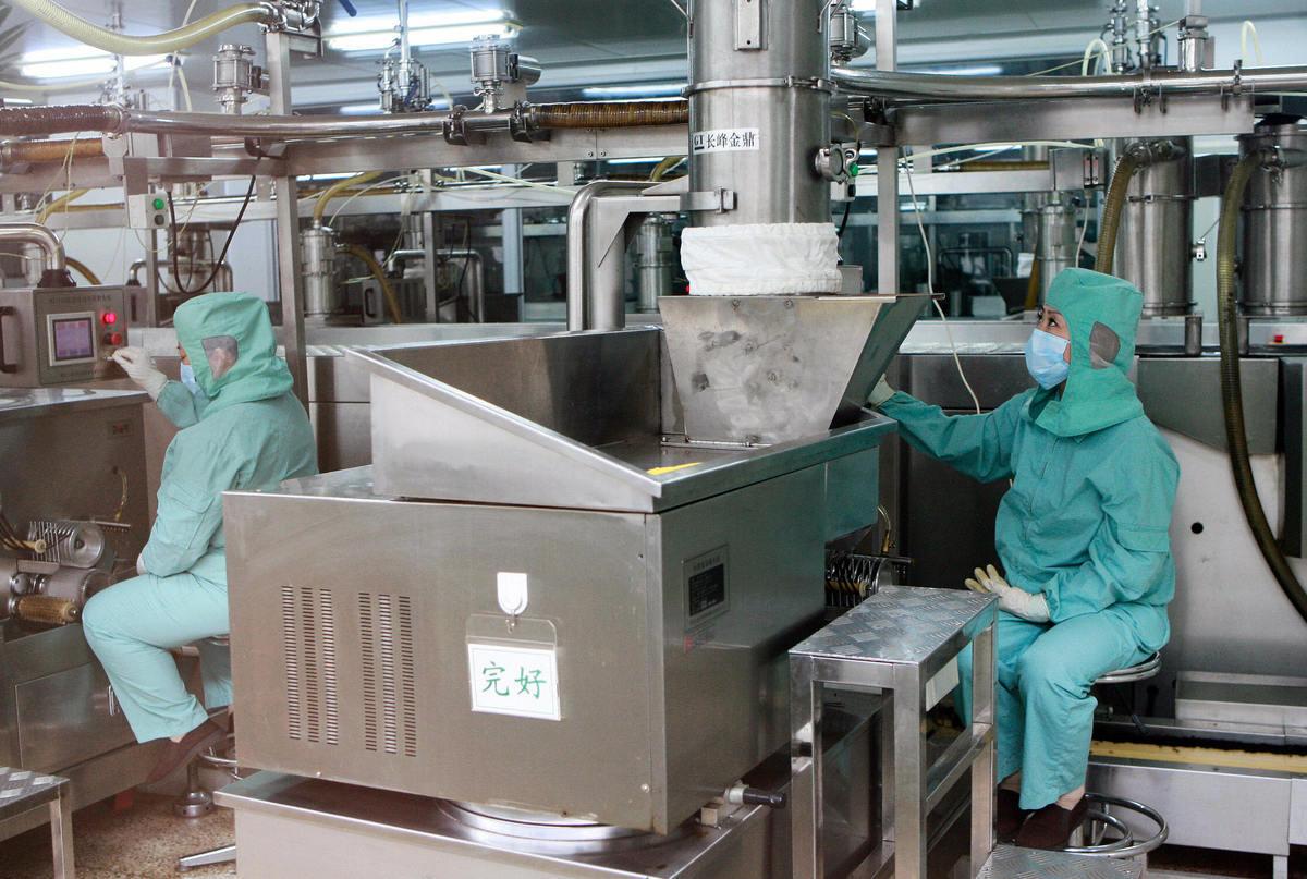 台灣的藥物原料來源高度依賴中國大陸,只要中共任意找一個理由斷供,就有可能造成台灣短缺。圖為中國的藥品工廠。 (TEH ENG KOON/AFP via Getty Image)