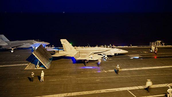 2021年9月11日,美軍的卡爾文森號航母(CVN 70)艦載機在南海進行夜間起降訓練。(美國海軍)