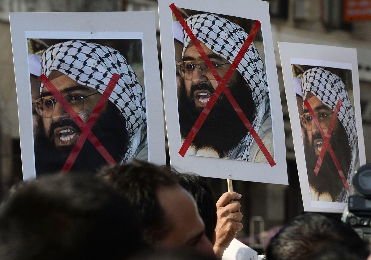 聯合國安理會在5月1日將巴基斯坦恐怖組織首腦阿茲哈(Masood Azhar)列入全球恐怖份子黑名單中。圖為2016年1月4日,印度活動人士在孟買的抗議活動中高舉反對阿茲哈的海報。(INDRANIL MUKHERJEE/AFP/Getty Images)