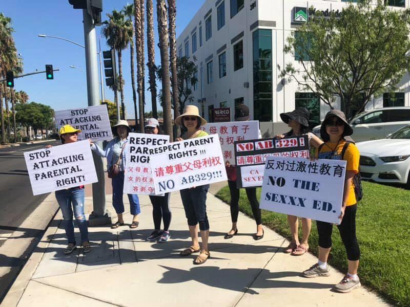 圖為2019年,各族裔家長在橙縣活動中聯合抗議AB329的激進性教育教學大綱。(華裔家長提供)