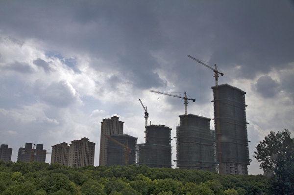 大陸房地產市場近兩天又曝出三則調控消息,令市場嘩然。圖為興建中的樓宇物業。(大紀元資料室)
