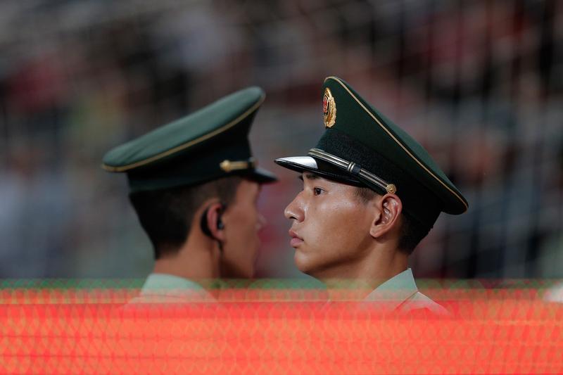 美國媒體12月16日報道,中共參軍許進不許出,一位執意退出軍隊的大學生被當成典型遭受重罰一事。(Lintao Zhang/Getty Images)