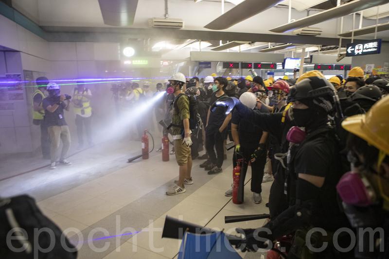 圖為8月21日,香港民眾在元朗西鐵站靜坐抗議7·21元朗恐襲事件,其後警方清場,示威者在元朗站建立防線,雙方對峙。(余鋼/大紀元)