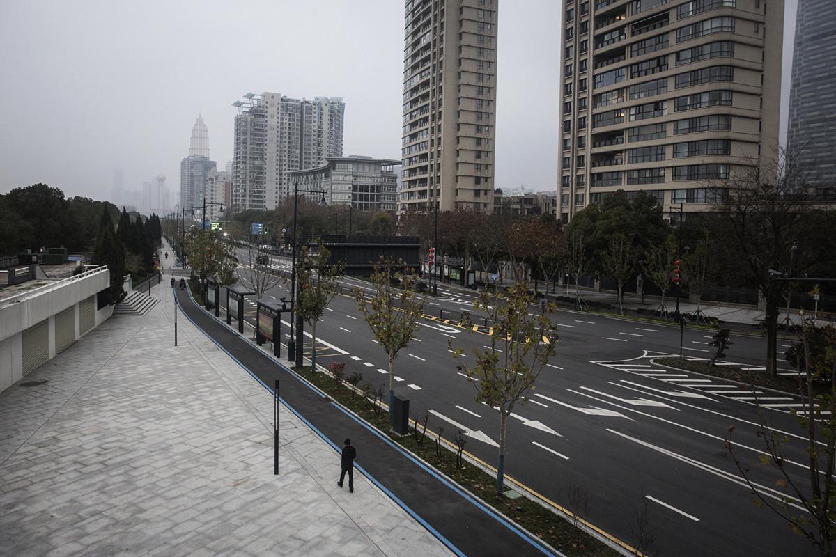 1月27日,一名男子走在武漢空蕩蕩的大街上。(Getty Images)