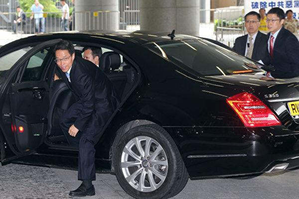 圖為港澳辦主任張曉明(下車之人)。(攝影:潘在殊/大紀元)