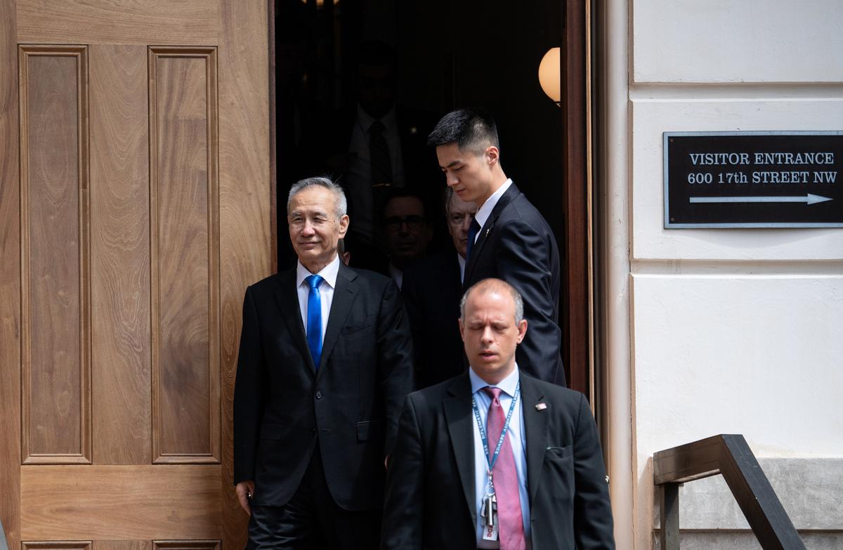 中共副總理劉鶴在周五(5月10日)午間離開美國貿易代表辦公室。(SAUL LOEB/AFP)