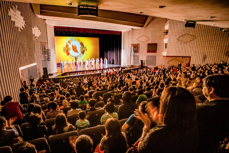 2019年4月3日晚間,神韻世界藝術團在高雄市文化中心舉行全台首場演出,全場票房早已預售一空,一票難求。圖為謝幕時爆滿觀眾熱烈掌聲謝謝神韻藝術家們精彩演出。(鄭順利/大紀元)