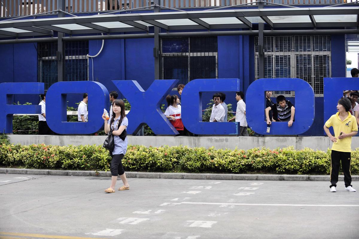 蘋果公司最大的iPhone組裝廠富士康集團正在考慮將生產線由中國轉移到印度,此舉將有助於避開中美衝突,以及降低蘋果公司對中國製造和銷售的依賴。圖為富士康在深圳的組裝廠。(STR/AFP/GettyImages)