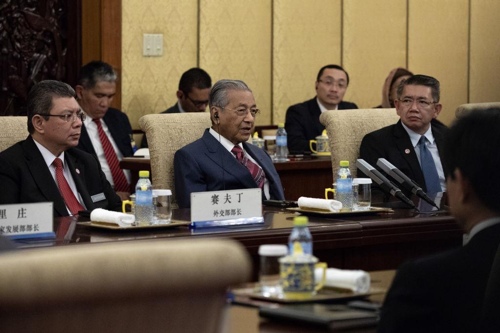 馬來西亞總理馬哈蒂爾發誓,要重新談判或取消納吉授權的「不公平」的與中國合作的項目。圖為2018年8月20日馬哈蒂爾訪問中國。(Roman Pilipey-Pool/Getty Images)
