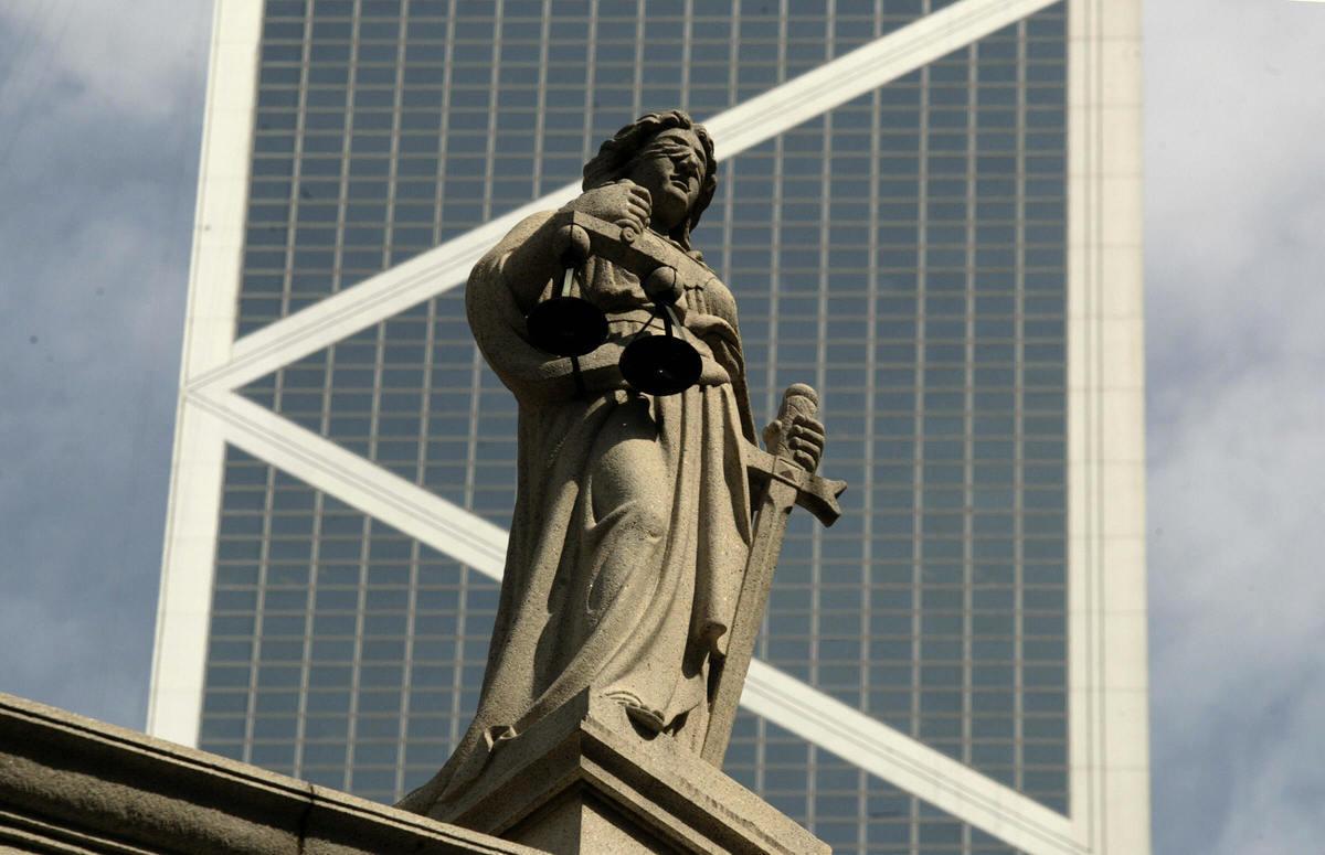 知情人士透露,北京為香港制定的國家安全立法計劃,將阻止外國法官在香港法院參與國家安全相關案件審判,這將加劇各界對香港司法獨立性的擔憂。圖為香港原立法院大樓頂上的司法女神塑像。(Getty Images)