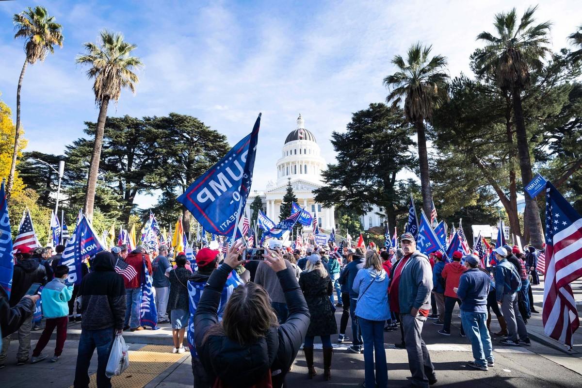 在歷來被視為民主黨大本營的加州,共和黨將翻轉4個眾議院席位,比其它任何州都要多。圖為2020年11月14日,近千名民眾在加州首府沙加緬度集會,支持特朗普連任,並抗議拜登大規模選舉舞弊。(周容/大紀元)