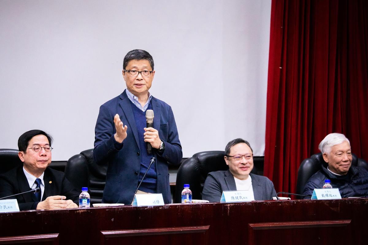 香港「佔中三子」陳健民(左2至右)、戴耀廷、朱耀明29日來台出席「雨傘運動與東亞民主展望論壇」。陳健民表示,沒有真正的民主普選,就沒有一國兩制,中共要跟台灣談「一國兩制」,先給香港真普選。(陳柏州/大紀元)