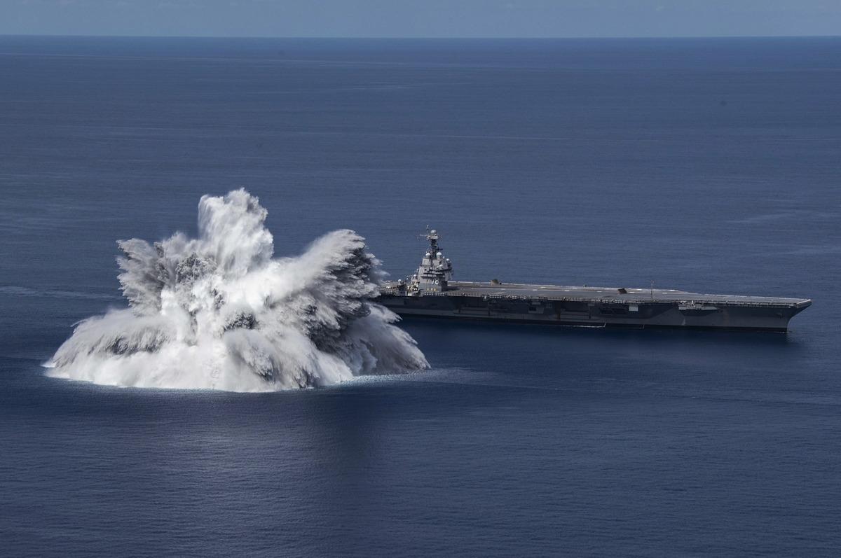 2021年6月18日,美軍的福特號航母(CVN78)在距離佛羅里達海岸約100英里的海域進行了爆炸衝擊試驗,當時的爆炸被記錄為 3.9 級地震。(美國海軍)