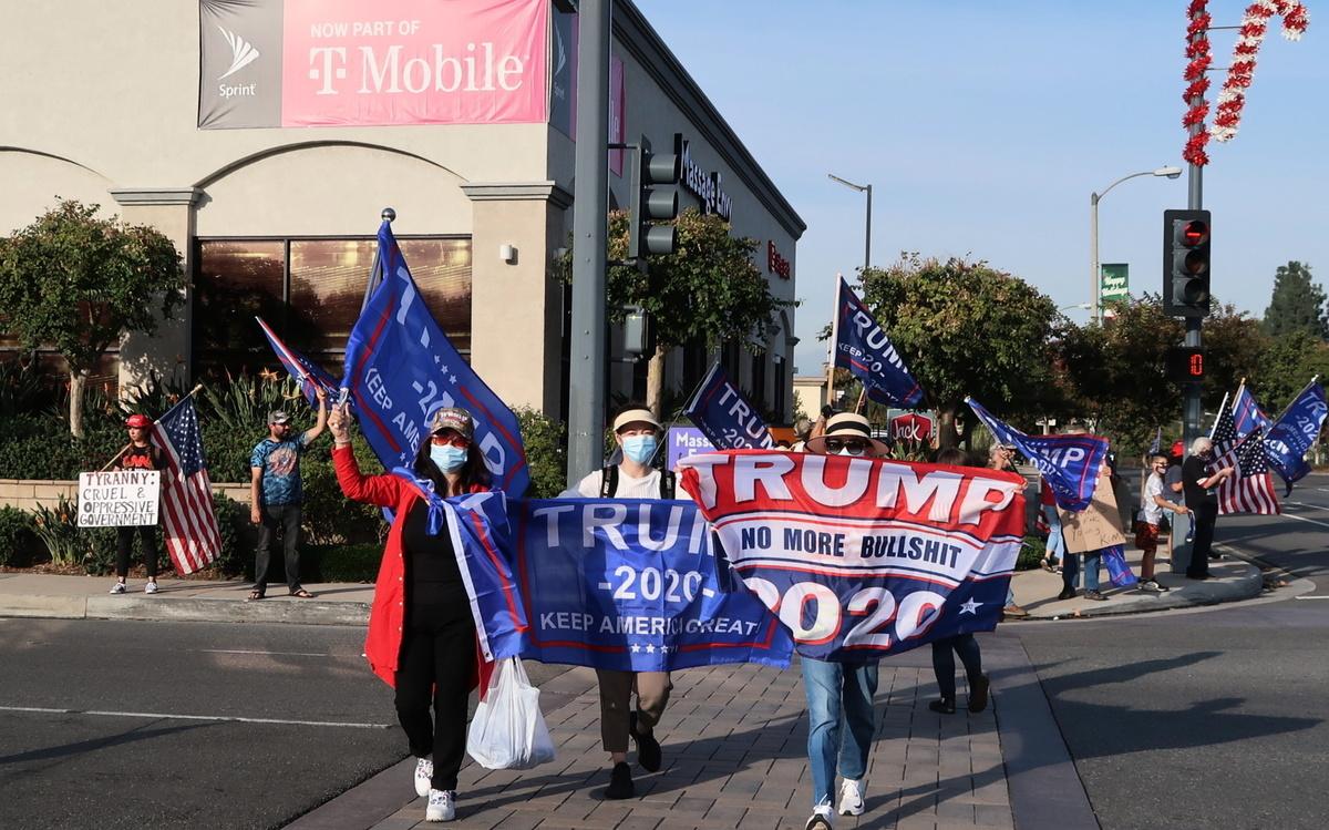 2020年11月21日,加州鑽石吧(Diamond Bar)再次聚集了上百位民眾,在車水馬龍的鑽石吧大道(Diamond Bar Blvd)與格蘭大街(Grand Ave)交叉路口支持特朗普總統。(徐繡惠/大紀元)