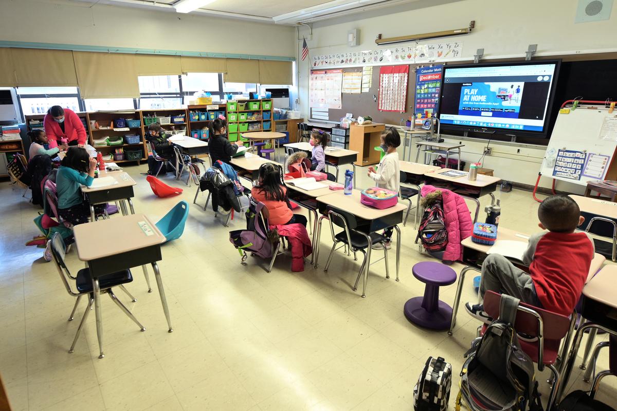 圖為2020年12月7日紐約市校園重開,部份學生在容閎公立小學教室裏上課。(Michael Loccisano/Getty Images)