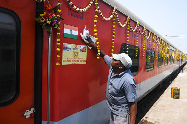 2019年3月3日,印度鐵路的一名員工在列車離開豪拉-新德里拉賈尼線快車(Howrah-New Delhi Rajdhani Express)前往加爾各答附近豪拉之前,對列車進行清潔。(Photo by Dibyangshu SARKAR / AFP)