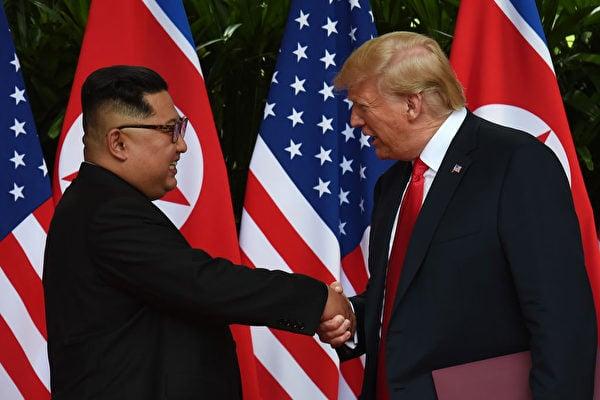 北韓電視台在播報「特金會」紀錄片時,以前所未有的尊重口吻稱特朗普為 「美國總統」。(ANTHONY WALLACE/AFP/Getty Images)