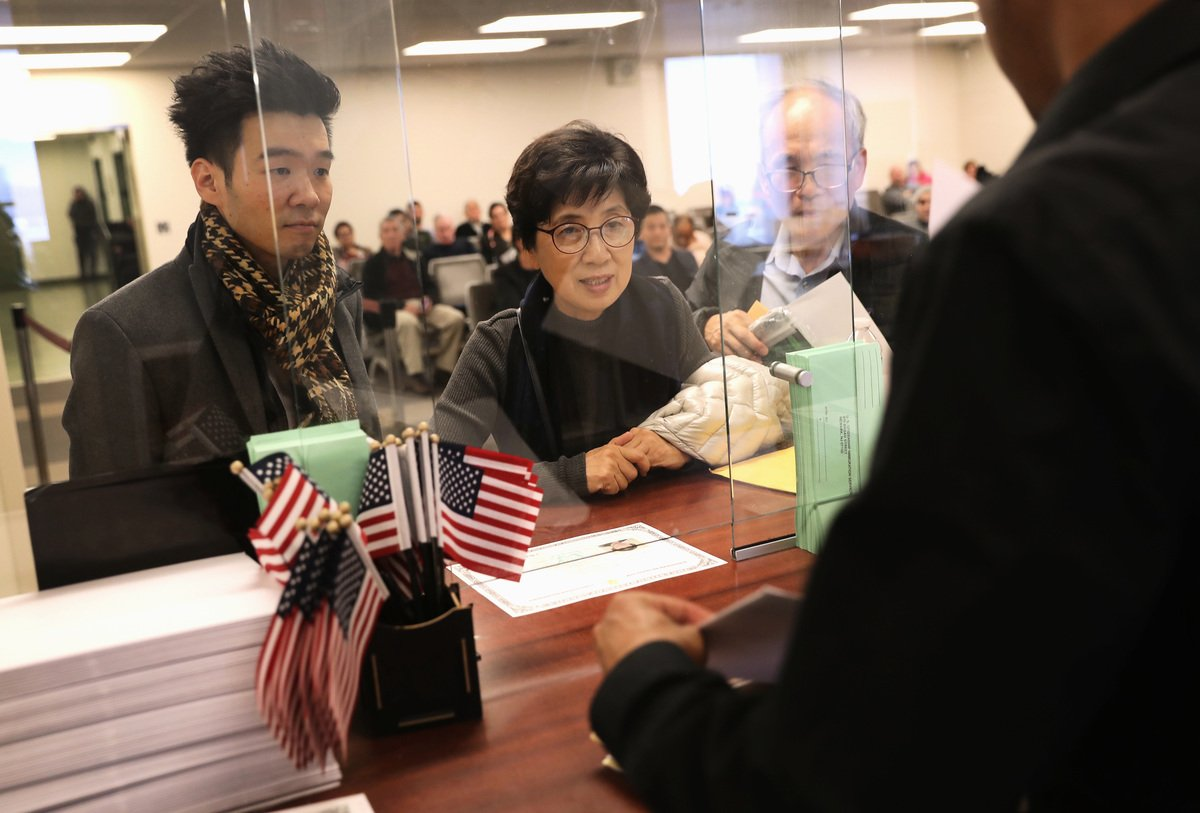 圖為華人申請美國綠卡。(John Moore/Getty Images)