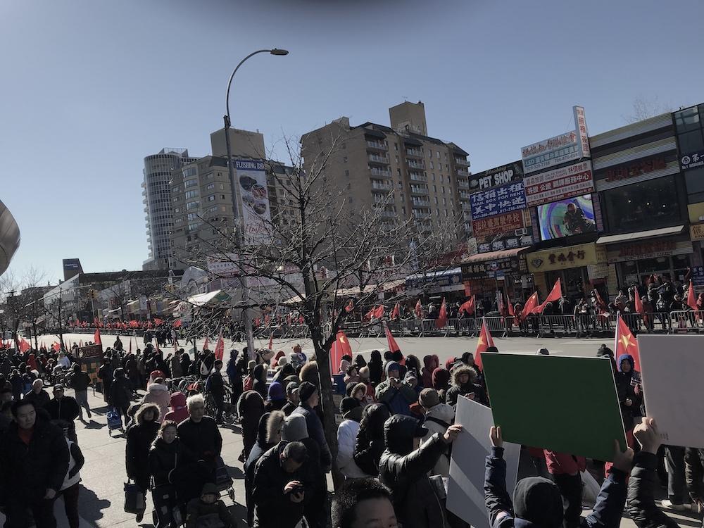 2019年2月9日法拉盛新年遊行,親共團體在緬街上打紅旗,激起華人反感。(大紀元)