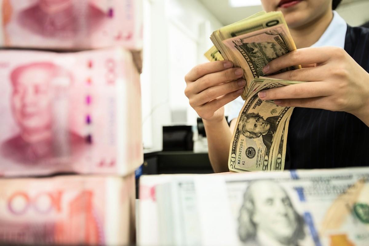 受中共調控的人民幣兌美元中間價25日創下12年新低。(STR/AFP via Getty Images)