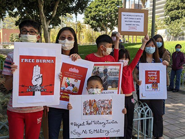 參與2021年4月3日由緬甸之友(Friend of Burma)舉辦悼念活動的民眾。(徐繡惠/大紀元)