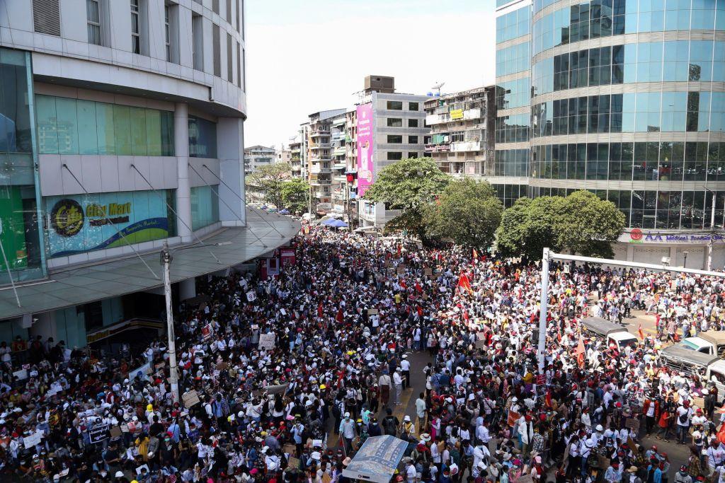 2月12日中國新年當天,人山人海的緬甸人聚集在仰光的中共大使館前抗議,其中不乏華人身影。 (STR/AFP via Getty Images)