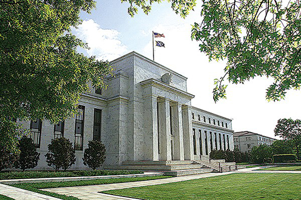 周三(6月10日),美聯儲表示預計直到2022年,利率將保持在接近零的水平,且明年GDP反彈至5%。圖為美聯儲大樓。(Getty Images)