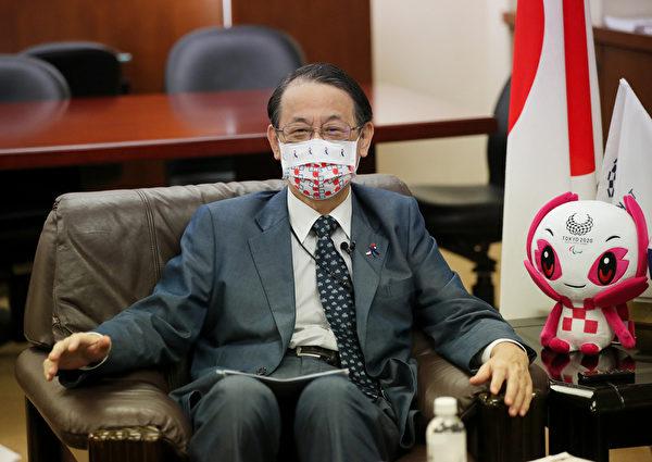 台灣5月中旬爆發本土疫情,日本援贈台灣的第一批疫苗在6月4日就送到,讓雙邊關係進一步加溫。日本駐台代表泉裕泰表示,台灣各界湧入大量的感謝訊息,反應之熱烈完全出乎他的想像,但他指出,好鄰居在彼此有難時相互幫助,是「理所當然」。(中央社)