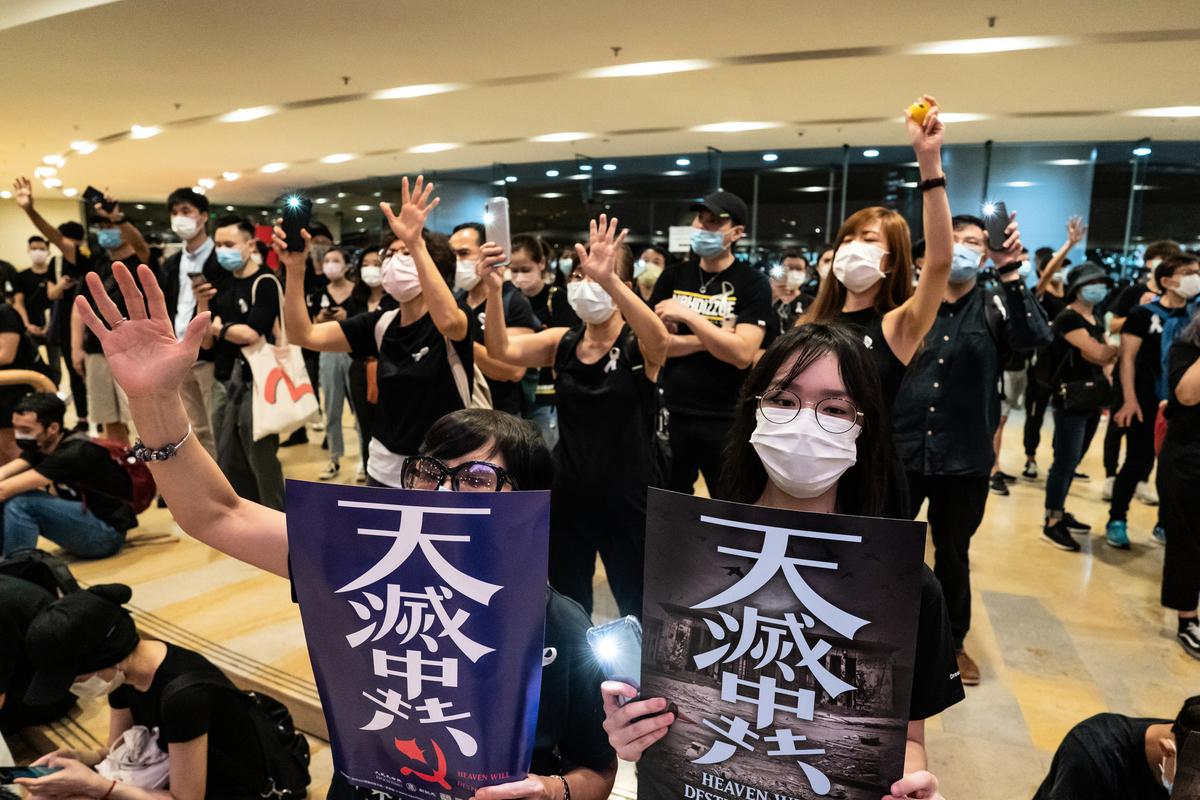 6月15日,大批港人為了悼念死因不明的反送中人士梁凌傑,陸續聚集在太古廣場,表示不放棄追求民主自由。(Anthony Kwan / Getty Images)