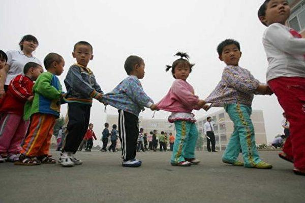 大陸新生兒持續下滑引發各界關注。(China photos/Getty Images)