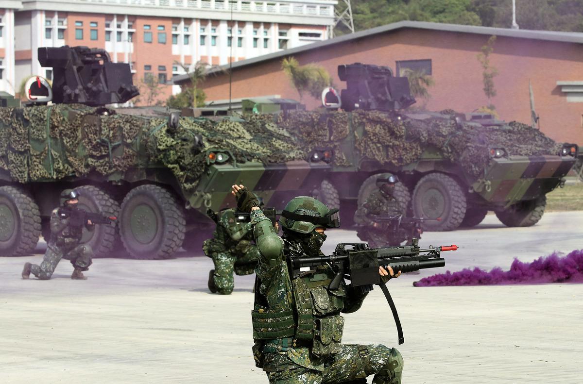 被問到若中共為統一攻打台灣,有79.8%民眾表示,願意保衛台灣而戰。圖為國軍的演習。(中央社)