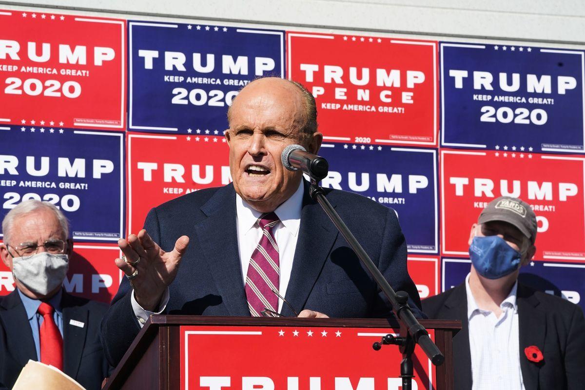 圖為特朗普私人律師朱利安尼2020年11月7日在費城,針對大選欺詐召開新聞發佈會。(BRYAN R. SMITH/AFP via Getty Images)