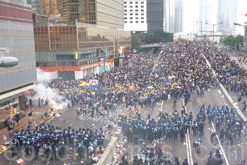 圖為2019年6月12日,香港警方在海富巴士總站施放催淚彈。(李逸/大紀元)