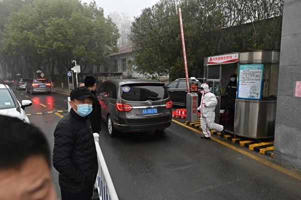 2月1日,世界衛生組織(WHO)專家小組的車隊駛向湖北省武漢市疾病預防控制中心,調查中共病毒的來源。(HECTOR RETAMAL/AFP via Getty Images)