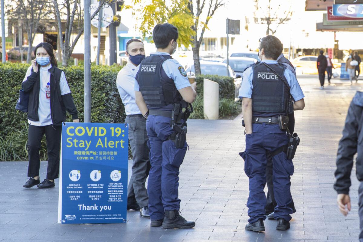 警察在澳洲悉尼的斯特拉斯菲爾德購物村巡邏,攝於2021年8月12日。(Jenny Evans/Getty Images)